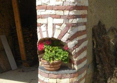 Maçonnerie d'un pilier en pierres sèches : pierres rouge (grès des Vosges) et pierres blanche ( quartzite).
